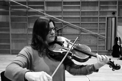 Viola player rehearsing in the concert-hall