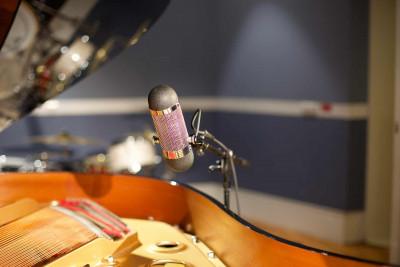 Ribbon mic and piano